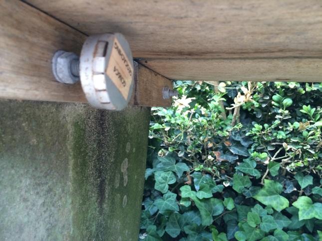Så här kan man också gömma en cache. Under en bänk i HC Andersens park.